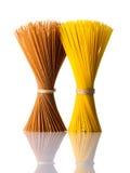 Giallo e spaghetti di Brown isolati su fondo bianco Immagine Stock Libera da Diritti
