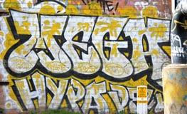 Giallo ed il nero dei graffiti fotografie stock