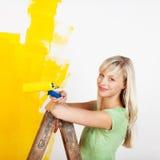 Giallo femminile sorridente della pittura Fotografie Stock Libere da Diritti