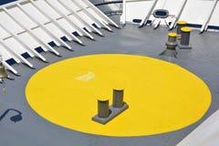 Giallo nel Grey Dettaglio della piattaforma anteriore di un traghetto Fotografia Stock Libera da Diritti