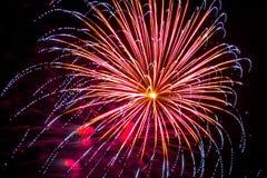 Giallo porpora rosso delle punte blu di celebrazione dei fuochi d'artificio del fuoco d'artificio Fotografie Stock
