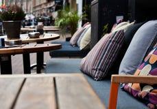 Giallo variopinto Grey Chair Table rosa blu di verde dei cuscini del ristorante del banco molle accogliente del terrazzo fotografie stock libere da diritti