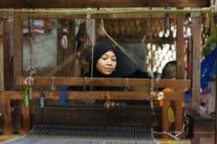 An Giang,越南- 2014年11月29日:占城妇女在可汗村庄,湄公河三角洲,越南在家编织纺织品 图库摄影