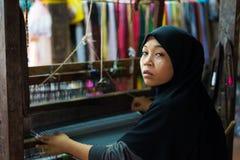 An Giang,越南- 2014年11月29日:占城妇女在可汗村庄,湄公河三角洲,越南在家编织纺织品 库存图片