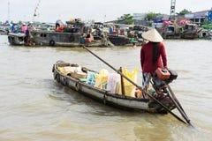 An Giang,越南- 2014年11月30日:当地人民卖果子和每日主要物品在划船或汽艇在浮动市场上在ri 库存照片