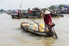 An Giang,越南- 2014年11月30日:当地人民卖果子和每日主要物品在划船或汽艇在浮动市场上在ri 免版税库存照片