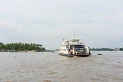 An Giang,越南- 2014年11月29日:河风景宽看法与渡轮的载有横跨连队河的人湄公河三角洲的, s 库存照片