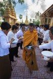 An Giang,越南- 2016年12月6日:等待人的越南立场南部的和尚在Th连续投入了米和食物奉献物 库存照片