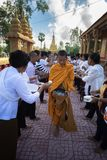 An Giang,越南- 2016年12月6日:等待人的越南立场南部的和尚在Th连续投入了米和食物奉献物 免版税库存图片