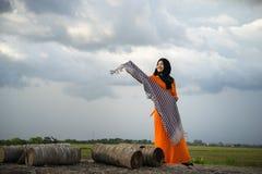 An Giang, Вьетнам - 6-ое сентября 2016: Портрет въетнамских мусульманских танцев девушки с шарфом в деревне champa, районом Khanh Стоковое Изображение RF