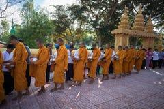 An Giang, Vietnam - 6 décembre 2016 : Le moine bouddhiste dans les sud du support du Vietnam dans un peuple de attente de rangée  Photo stock
