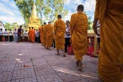 An Giang, Vietnam - 6 décembre 2016 : Le moine bouddhiste dans les sud du support du Vietnam dans un peuple de attente de rangée  Images stock