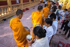 An Giang, Vietnam - 6 décembre 2016 : Le moine bouddhiste dans les sud du support du Vietnam dans un peuple de attente de rangée  Image libre de droits