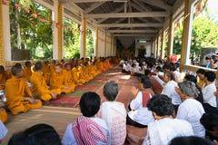 An Giang, Vietnam - 6 de diciembre de 2016: Budistas de Champa y monjes de Yong en templo en la ceremonia de la ordenación que ca imagen de archivo