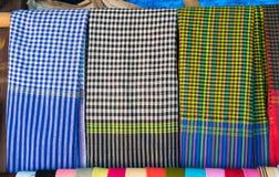 An Giang, Vietnam - 29 de noviembre de 2014: Productos de la ropa para vender en un Cham Champa, tienda de Campa en el pueblo del Foto de archivo