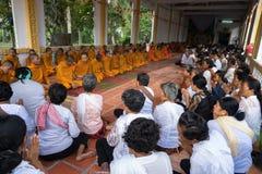 An Giang Vietnam - December 6, 2016: Champa buddister och yong munkar i tempel på prästvigningceremoni som ändrar det vietnamesis Royaltyfria Foton