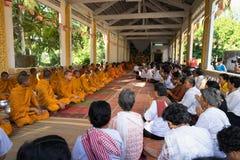 An Giang Vietnam - December 6, 2016: Champa buddister och yong munkar i tempel på prästvigningceremoni som ändrar det vietnamesis Arkivfoto
