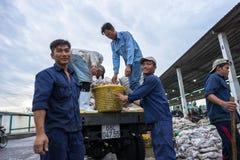 An Giang, Vietnam - 6. Dezember 2016: Fischen Sie Transporttätigkeit an Fischereihafen Tac Caus an der Dämmerung, ich Kong-Deltap Stockfotos