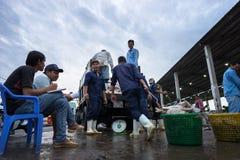 An Giang, Vietnam - 6. Dezember 2016: Fischen Sie Transporttätigkeit an Fischereihafen Tac Caus an der Dämmerung, ich Kong-Deltap Lizenzfreie Stockbilder