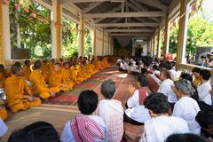 An Giang, Vietnam - 6 dicembre 2016: Buddisti di Champa e monaci di Yong in tempio a cerimonia di classificazione che cambiano i  immagine stock