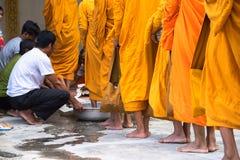 An Giang, Vietnam - 6 dicembre 2016: Coda dei monaci scalzi con il ceremonial del lavaggio del piede nel sud del Vietnam immagini stock