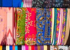 An Giang, Vietnam - 29 novembre 2014 : Produits de vêtement pour se vendre sur un Cham Champa, boutique de Campa dans le village  Image stock
