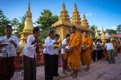 Giang Wietnam, Dec, - 6, 2016: Mnich buddyjski w południe czeka ludzi Wietnam stojak z rzędu stawia ryżowe i karmowe ofiary w th Zdjęcia Stock