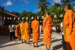 Giang Wietnam, Dec, - 6, 2016: Mnich buddyjski w południe czeka ludzi Wietnam stojak z rzędu stawia ryżowe i karmowe ofiary w th Zdjęcia Royalty Free