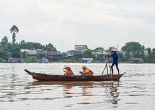 Giang Wietnam, Nov, - 29, 2014: Turyści niosący wioślarską łodzią na Tien rzece, Mekong delta One cieszy się telefon komórkowego  Obrazy Stock