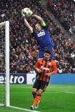Gianluigi Buffon que toma a bola perto da porta Imagens de Stock