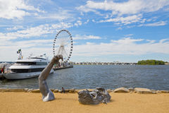 The giant sculpture with a view on Ferris and Woodrow Wilson bridge. Stock Photos
