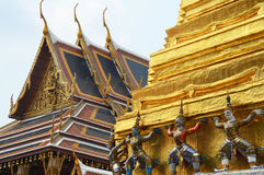 Giant statues bearing the Jedi in the Grand Palace Stock Images