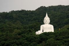Free Giant White Image Of Buddha With Green Mountain 7 Royalty Free Stock Images - 46457389
