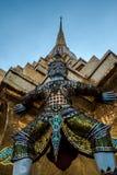 Giants ваяют положение перед пагодой в королевском грандиозном дворце, Бангкоком, Таиландом Стоковое фото RF