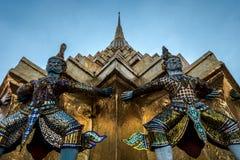 Giants ваяют положение перед пагодой в королевском грандиозном дворце, Бангкоком, Таиландом Стоковое Изображение RF