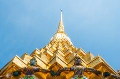 Giants alza il Pagoda dorato a Wat Pra Kaew Immagine Stock