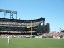 Giants Aubrey Huff, wie anderer Giants im Außenfeld zwischen pl tun Stockfotografie