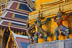 Giants-und Fallhammerhand, zum der goldenen Pagode anzuheben Stockbilder