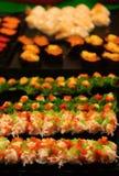 Giapponese dei sushi, nello stile tailandese dell'alimento delle vie immagine stock