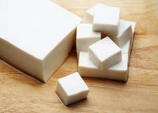 Giapponese del tofu sul blocco affettato Immagini Stock