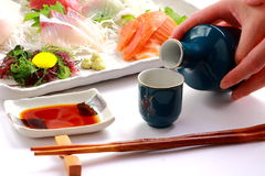 ` Giapponese di CAUSA del ` del vino di riso e ` del sashimi del ` crudo del pesce Immagine Stock Libera da Diritti