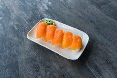 Giapponese fresco Salmon Sushi in piatto bianco con Wasabi Fotografie Stock Libere da Diritti