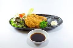 Giapponese Fried Chicken con la salsa di soia su fondo bianco Immagine Stock Libera da Diritti