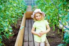 Giardinaggio - bambina felice che prende cura delle piante nel g Fotografia Stock Libera da Diritti