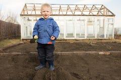 Giardinaggio del piccolo bambino Fotografia Stock
