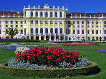 Giardini di fiori di Schonbrunn e palazzo - Vienna Immagine Stock