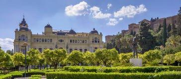 Giardini di Pedro Luis Alonso e l'edificio di municipio a Malaga, Immagine Stock Libera da Diritti