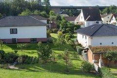 Giardini tedeschi della casa della strada della periferia della città Fotografia Stock Libera da Diritti
