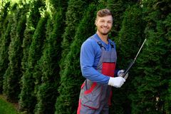 Giardiniere che lavora in un giardino Fotografia Stock Libera da Diritti