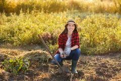 Giardiniere della donna con le patate Fotografia Stock Libera da Diritti